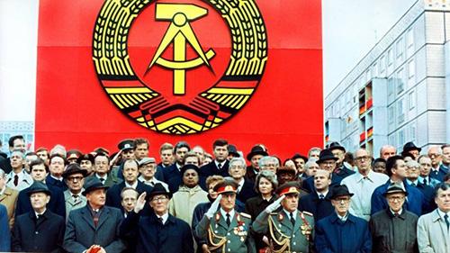 ARCHIV - Die Ehrentribьne auf der Karl-Marx-Allee wдhrend der Militдrparade am 7. Oktober 1989 in Ost-Berlin mit dem sowjetischen Staats- und Parteichef Michail Gorbatschow (2.v.l.), dem DDR-Staatsratsvorsitzenden und SED-Generalsekretдr Erich Honecker (3.v.l.), Raissa Gorbatschowa (hinter Honecker), die Gattin des sowjetischen Prдsidenten und Willi Stoph (3.v.r.), Ministerprдsident der DDR. Mit einer Militдrparde feierte die Fьhrung der DDR die Grьndung der Deutschen Demokratischen Republik vor 40 Jahren. Honecker verdankte seinen Aufstieg einer