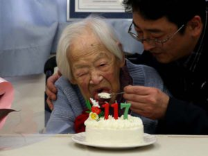 gty_worlds_oldest_person_misao_okawa_cake_jc_150305_4x3_1600