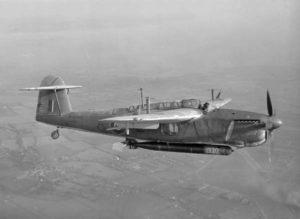 Английски торпедоносец Fairey Barracuda от Втората световна война с окачено под тялото торпедо
