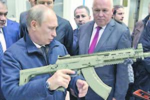 Путин разглежда АК 12 на изложба