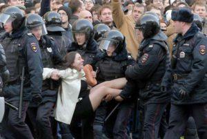 Зрелищен арест на привърженичка на Навални на протеста през март 2017 г.
