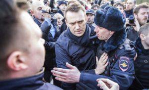 Традиционен сюжет от московски протест – полицията арестува Навални още в самото начало на демонстрацията