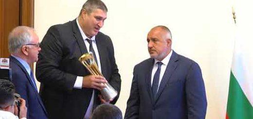 Любо Ганев показа на Бойко Борисов трофея на Мондиал 2018 година