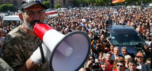 Armenian opposition leader Nikol Pashinyan addresses supporters during a rally in Yerevan, Armenia April 25, 2018. REUTERS/Gleb Garanich