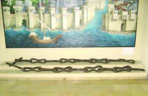 Части от веригата, преграждала до късното Средновековие залива Златният рог, са показани в някои музеи в Истанбул