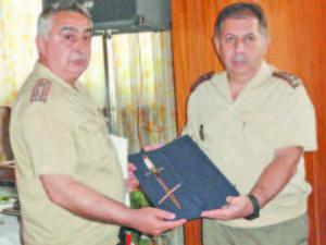 Заместник-началникът на Централното военно окръжие полковник Велчо Петков връчва на подполковник Славчо Колев почетен кортик в луксозна кутия