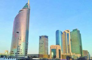 Няколко шарени небостъргача от алуминий и стъкло са се скупчили в центъра на Астана. На преден план е сградата на Министерството на транспорта, наричана ''Запалката''.