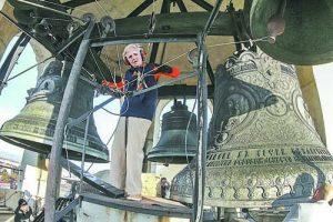 Всяка събота и неделя и по християнски празници Мария Зъбова бие камбаните