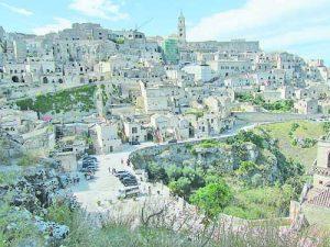 Къщите са буквално вградени в каменния релеф на местността