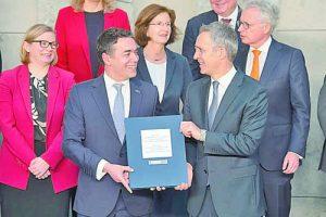 Никола Димитров (вляво) и Йенс Столтенберг са доволни след подписването на предприсъединителния протокол, който приближи Македония до членство в НАТО