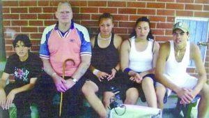 Бащата Сид Адамс с някои от 18-те си деца – най-вляво е Стивън Адамс, а вдясно от него са дъщерите му Габи и Лиза и по-големият брат на Стивън Сид Адамас-младши