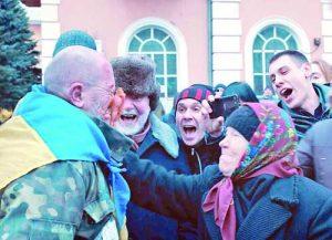 Сцената с издевателствата и линча на 'предателя' от страна на тълпата