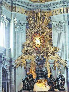 Органът в базиликата 'Свети Петър', чиито тръби са разположени под формата на слънчеви лъчи, и тронът на апостола
