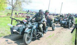 'Цюндап' поведе колоната от мотоциклети, от която войниците хвърляха позиви