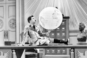 Емблематичният кадър от 'Великият диктатор' с надуваемия глобус