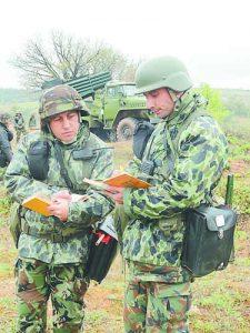 Капитаните Христо Михайлов (вляво) и Али Шуган  в напрегнати моменти преди началото на артилерийските стрелби