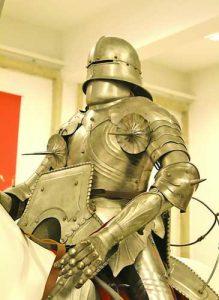 В музея могат да бъдат видени единствените в България запазени в пълен комплект рицарски доспехи