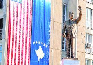Освен че са кръстили булевард на негово име, косоварите са издигнали и статуя на Бил Клинтън в столицата Прищина