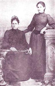 Венета Ботева с дъщеря си Иванка, която успява да отгледа и изучи въпреки мизерията след Освобождението