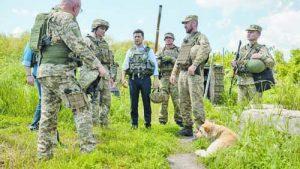 Седмица, след като встъпи в длъжност, Владимир Зеленски отиде на посещение в Донбас и разгледа позициите на украинските въоръжени сили в зоната на сблъсък със сепаратистите от Донецката и Луганската народна република. С това президентът подчерта, че ще бъде твърд спрямо руската агресия и ще се бори за възстановяване на териториалната цялост на страната