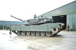 Първият американски танк M1 Abrams, доставен в складовете на POMCUS