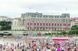 """Хотел """"Пале"""" се извисява над Големия плаж"""