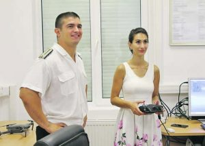 Яница Минкова демонстрира виртуално кацане на дрон на самолетоносач под погледа на старши лейтенант Тодор Стоев