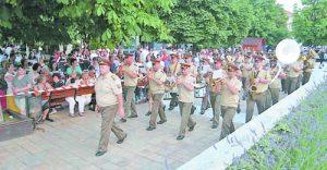 Военният оркестър се радва на внимание от жителите на Сливен