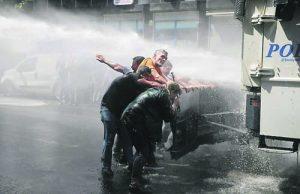 Полицията в Диарбекир използва водни струи, за да разпръсне демонстрацията срещу отстраняването на кмета на града