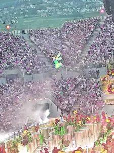 Летящата пеперуда кръжи над арената през цялото време на спектакъла