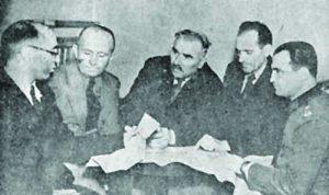 Снимка за спомен от Главния щаб на НОВА, правена след 9 септември - в средата е Добри Терпешев, с униформата е капитан Петър Илиев