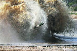 танк излиза от водното препятстие