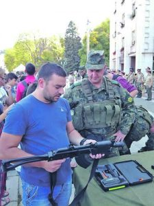 Младите хора и бъдещи войници имаха възможност да се докоснат до въоръжението и техниката, които бяха представени в Габрово <br /><p class=