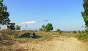 Огън с реактивната система за залпов огън БМ-21 'Град'