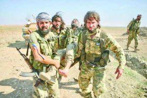 Бойци от поддържаната от Турция Сирийска национална армия носят свой ранен другар