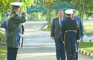 Министърът на отбраната Красимир Каракачанов беше посрещнат във военноморското училище с военни почести