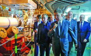 Руският президент Путин заедно с шефовете на 'Газпром' Алексей Милер и на Allseas Едуард Хеерема (с очилата) на борда на Pioneering Spirit по време на строител-ството на 'Турски поток'
