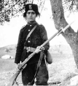 Юначната Донка войвода (Донка Ставрева Ушлинова, 1885-1937) в Балканската война – от Македоно-Одринското опълчение, е снимана с пехотна пушка 'Манлихер' 1895, с щик-нож, образец от същата година.
