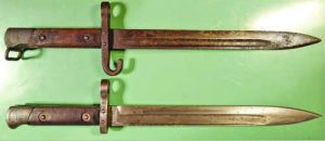 Стандартен щик-нож за пушка 'Манлихер', образец 1895. Над него е същото оръжие в подофицерска версия