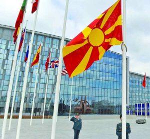 Знамето на Република Северна Македония вече се издига пред сградата на НАТО в Брюксел