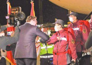 Сръбският президент Александър Вучич лично посреща на летището в Белград китайските медици, изпратени от Пекин да помагат на Сърбия в борбата с коронавируса.