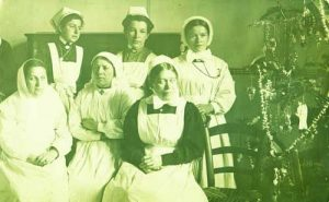 Медицински сестри и самарянки във военна болница
