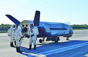 7 май 2017 г. Орбиталният самолет на ВВС на САЩ X-37B е спрял на пистата на НАСА за приземяване на совалки в Космическия център 'Кенеди'. Апаратът е безпилотен.