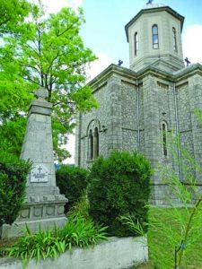 14 - Порумънченият български военен паметник в двора на църквата в Мурфатлар.