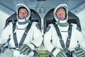 Астронавтите Робърт Бенкън (вляво) и Дъглас Хърли в костюми 'Спейс Екс'