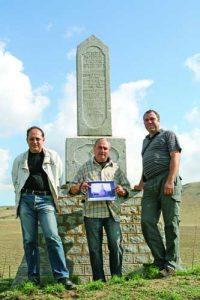 3-Част от членовете на експедицията при откриването на паметника на край с. Туркоайя на 9 октомври 2008 г.