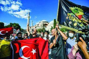 """Религиозни турци се събраха пред """"Света София"""", за да изразят радостта си от превръщането на храма в джамия"""