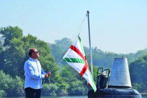 Знамето на 'Слава' - за последен път, вдига първият командир на подводницата кап. I ранг о.з. Дарин Матеев. Фото Иван Савов