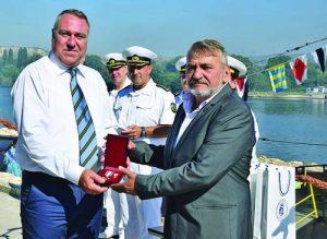 Иво Антонов (вляво) бе приет за почетен член на Съюза на подводничарите от шефа на съюза Станко Станков                      Фото:ВМС