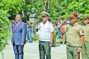 Министър Костадин Ангелов, адмирал Емил Ефтимов и генерал-майор Венцислав Мутафчийски отдадоха почит към всички, жертвали себе си за спасяването на други хора. Фото ВМА